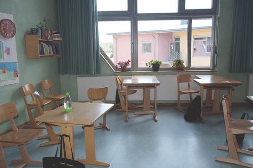 leeres Klassenzimmer Schule Schulfrei Schulgebäude Bildung lernen Bildungseinrichtung Tische Stühle Fenster ohne Schüler Coronakrise Lockdown Schulabschluss