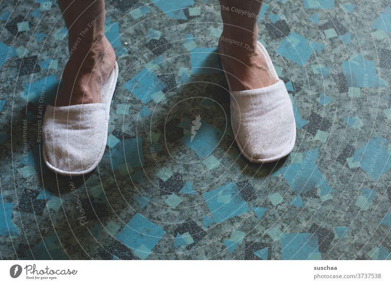 schöner küchenfußboden Füße Beine männlich Hausschuhe Latschen Schlappen Küchenfußboden zu Hause wohnen Boden 2 stehen Bodenbelag Hausmann Mann