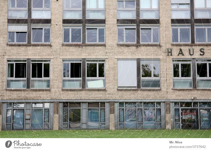 Fassade mit Haus Bürogebäude Gebäude Fenster Jalousie Architektur Bürofassade Hochhaus Strukturen & Formen Arbeit & Erwerbstätigkeit Wiese Rasen Glas Stadt