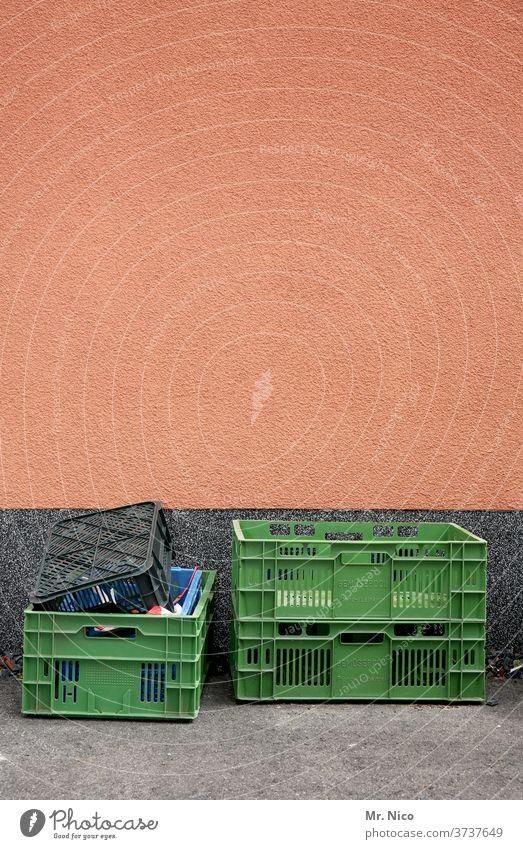 Leere Obstkisten die auf dem Boden stehen Handel Güterverkehr & Logistik grün Kiste Markt Kunststoff abholbereit Wochenmarkt Gebäude leer Ordnung Transportbox