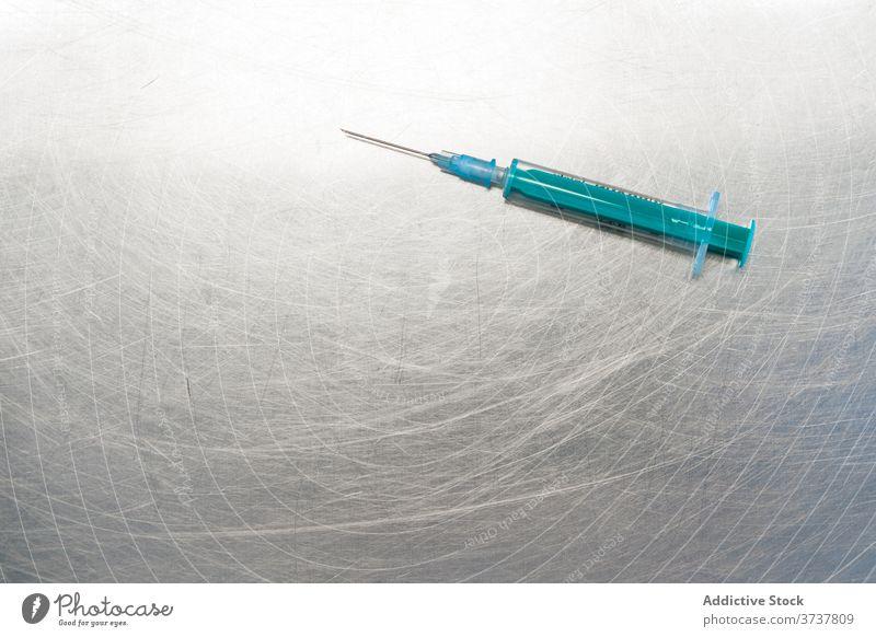Spritze auf Metalltisch gelegt chirurgisch medizinisch Medizin Einspritzung Gesundheit Overhead Gerät Impfstoff Behandlung Pflege Impfung Krankenhaus Instrument