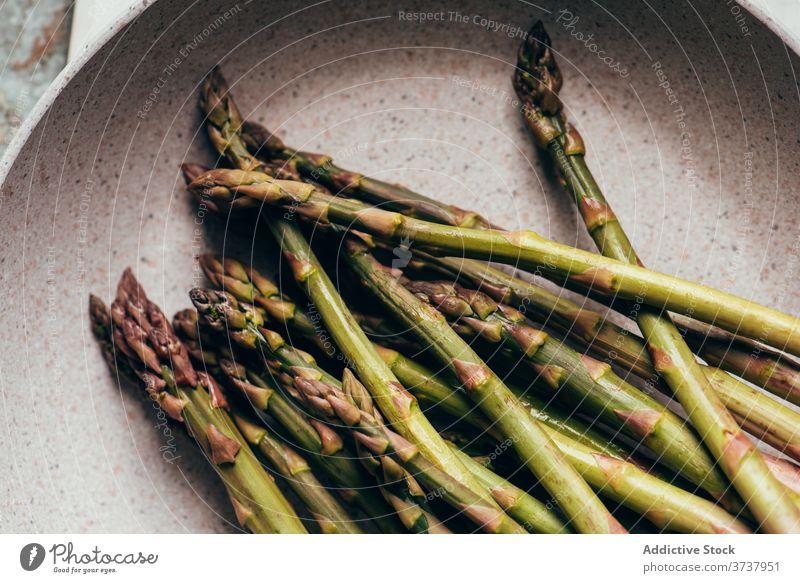 Frischer Spargel auf dem Tisch roh Ernährung Haufen Essen zubereiten organisch grün Bestandteil Lebensmittel Gesundheit frisch Hintergrund saisonbedingt Gemüse