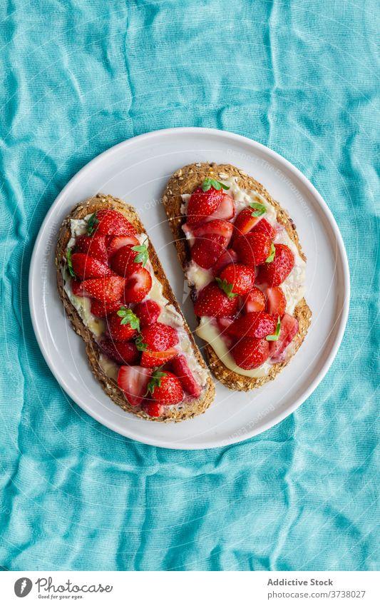 Leckere süße Toasts mit Erdbeere Zuprosten Brot Erdbeeren frisch Frühstück Liebling lecker Lebensmittel Dessert Snack Mahlzeit Teller geschmackvoll dienen