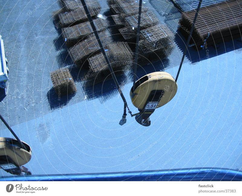 von oben Kran Vogelperspektive Stahl Haken verladen Industrie hoch Wind