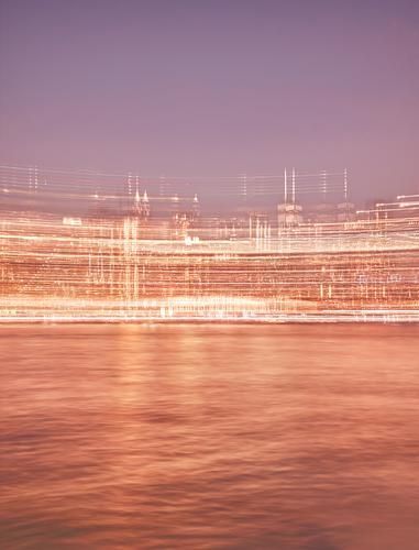 Bewegungsunscharfes Bild der nächtlichen Skyline von Manhattan. Großstadt Unschärfe New York State Bewegungsunschärfe abstrakt defokussiert Stadtbild reisen