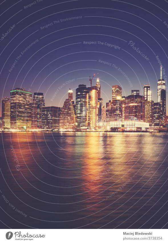 Das nächtliche Hafenviertel von Manhattan, New York City, USA. neu Nacht Großstadt Instagrammeffekt Wolkenkratzer Gebäude purpur Hafengebiet Skyline Stadtbild