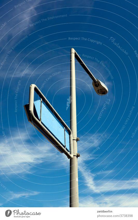 Laterne mit Wegweiser laterne straßenlaterne lampe leuchte wegweiser schild hinweis hinweisschild richtung pfeil orientierung himmel wolken wetter navigation