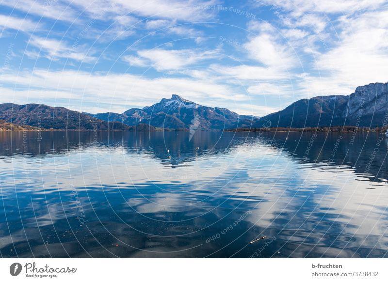 See mit Blick auf die Berge, Mondsee, Salzkammergut, Österreich Berge u. Gebirge Wolken Himmel Schnee Alpen blau Aussicht wandern Wasser ruhig Schafberg