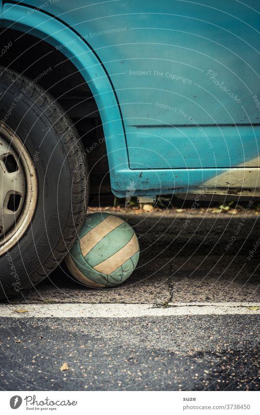Unter die Räder gekommen Ball spielen Spielstraße Freizeit & Hobby Verkehr Verkehrsmittel Spielzeug Kindheit Sicherheit unterwegs Auto Fahrzeug Farbfoto Autorad