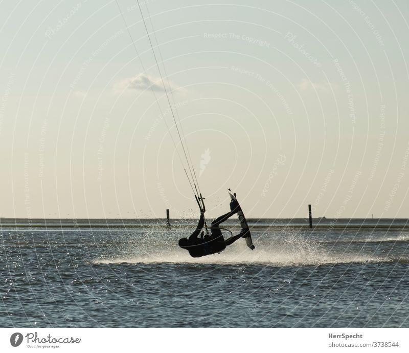 Kite Surfer in der Luft Kitesurfer Kitesurfen Meer Wasser Wellen Sommer Ferien & Urlaub & Reisen Wassersport Sommerurlaub Küste Außenaufnahme Tourismus