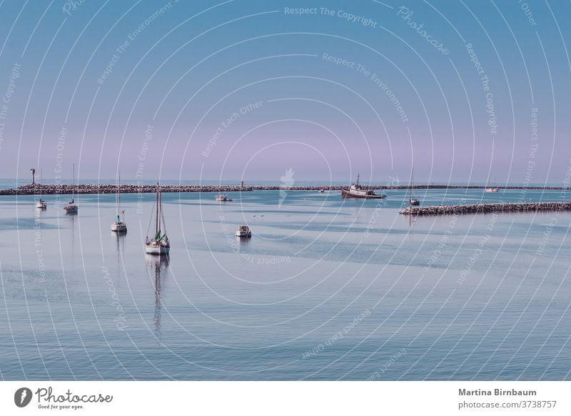 Fischerboote in der Halfmoon Bay, südlich von San Francisco Kalifornien Pazifik Ruhe Mond Himmel Bucht Hälfte reisen Strand Meer Sand Wasser pazifik Natur san