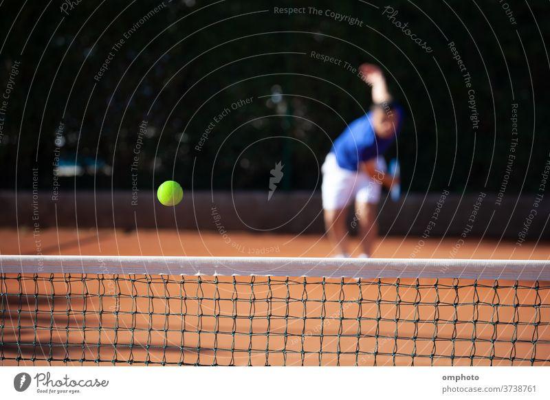 Tennisball knapp über das Netz nach kraftvollem ersten Aufschlag eines Spielers Ball dienen Gericht schlagend schießen kampfstark Ass gewinnen spielen Kulisse