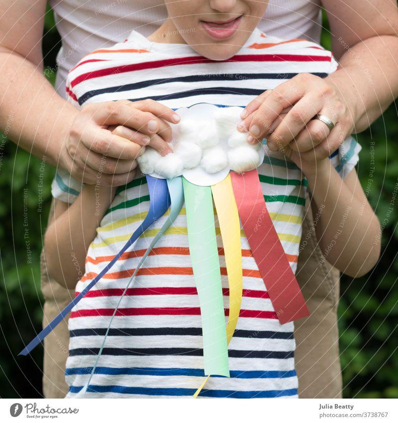 Vater und Sohn regenbogenfarbiges Handwerk Gay Pride Vater und Kind gestreift streifen Regenbogen gestreiftes Hemd schwuler Stolz lgbt lgbtq+ Alliierte Vielfalt