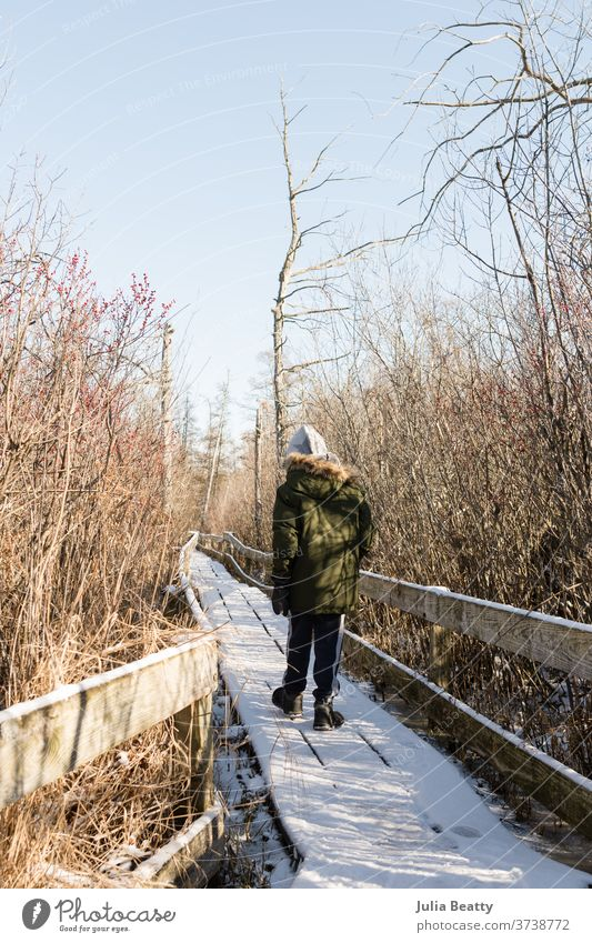 Kind läuft auf schneebedecktem Pfad Winter Schnee Weg kalt Baum Natur Wege & Pfade Wald Frost Landschaft Moor Dock Schiffsdeck Holz braun Kälte Eis laufen