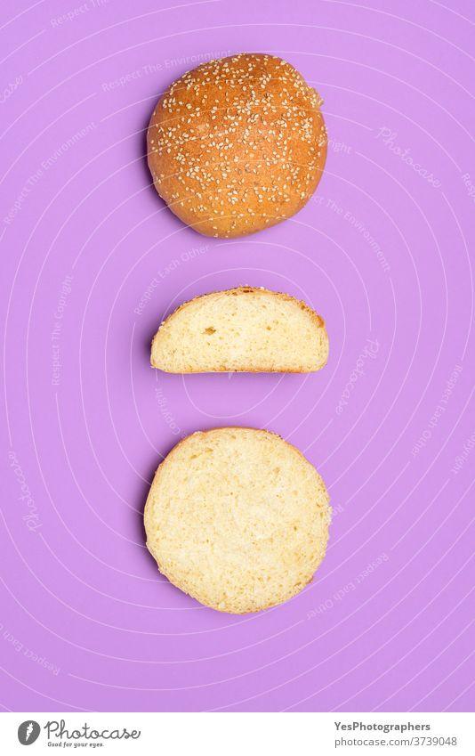 Brötchen isoliert auf einer violetten Farbe. Draufsicht auf hausgemachte Burgerbrötchen Hintergrund backen gebacken Bäckerei Bälle Essen zubereiten Textfreiraum