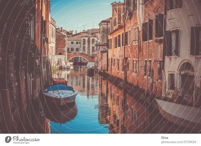 Ein kleiner Kanal in Venedig Wasser stimmungsvoll Boote Italien Tourismus Sehenswürdigkeit Stadt Altstadt eng Brücke Häuser romantisch
