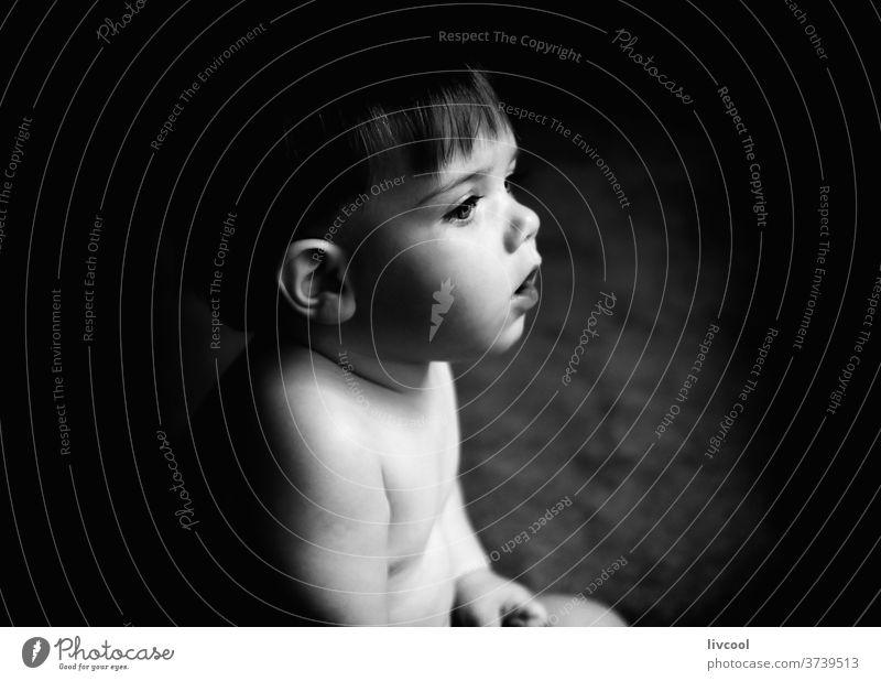 Baby spielt auf dem Boden II Kind Junge blaue Augen schwarz auf weiß Angebot Menschen Porträt Lifestyle Familie eine Person ein Jahr Europa Spanien niedlich