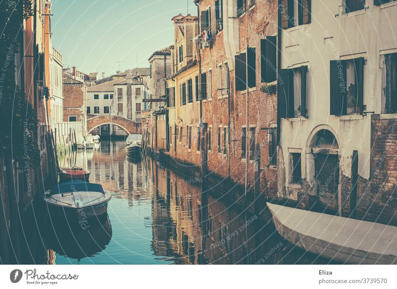 Ein kleiner Kanal mit Booten in Venedig Brücke Häuser Menschenleer Altstadt Italien Fassade Wasser Gebäude malerisch schön alt Tag Stadt Spiegelung Städtereise