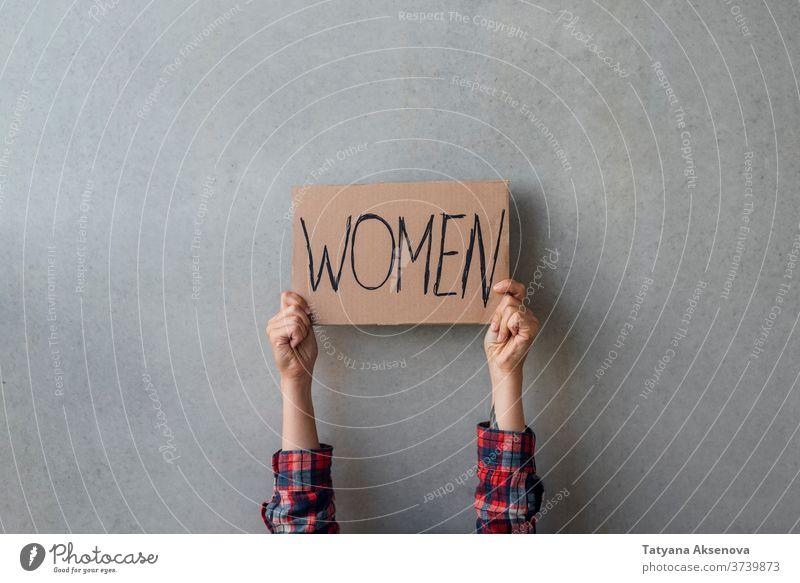 Aktivistinnenhände mit Plakat Frauen Rechte Transparente Kundgebung protestieren Menschen Politik menschlich Geschlecht Straße Gemeinschaft Gleichstellung