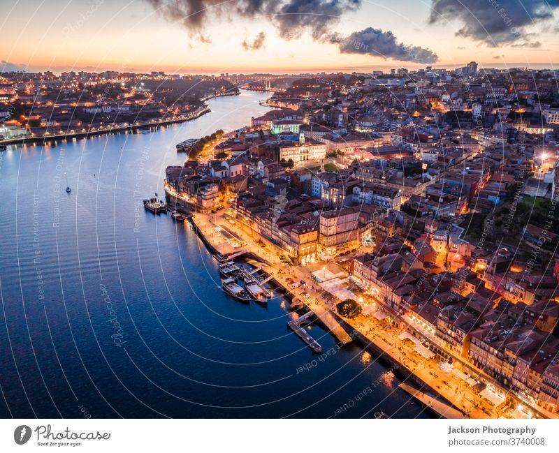 Luftaufnahme des Stadtzentrums von Porto am Abend, Portugal Douro Antenne Stadtbild Ribeira Nacht Boot Haus Architektur alt Fenster Altstadt wohnbedingt Häuser
