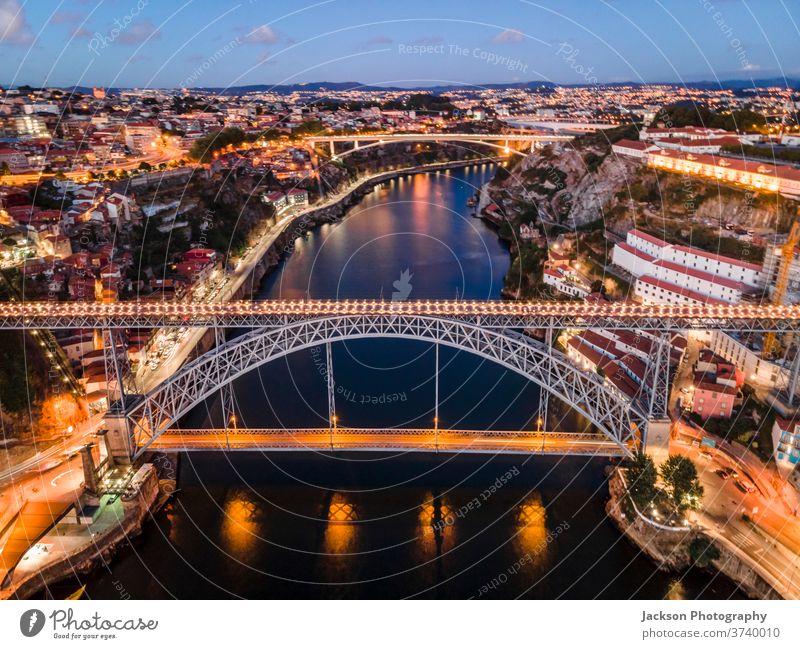 Stadtansicht von Porto und Vila Nova da Gaia mit Verbindungsbrücke aus der Luft, Portugal Stadtbild gaia Brücke Nacht vila nova da gaia luis Boot Haus