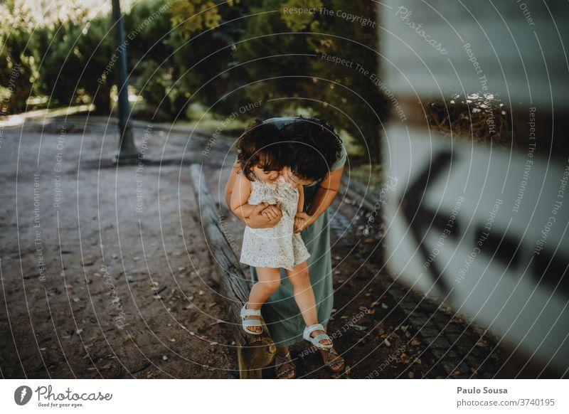 Mutter küsst Tochter Mutterschaft Familie & Verwandtschaft Zusammensein Zusammengehörigkeitsgefühl Liebe Küssen Park Lächeln Freude Kindheit schön Lifestyle