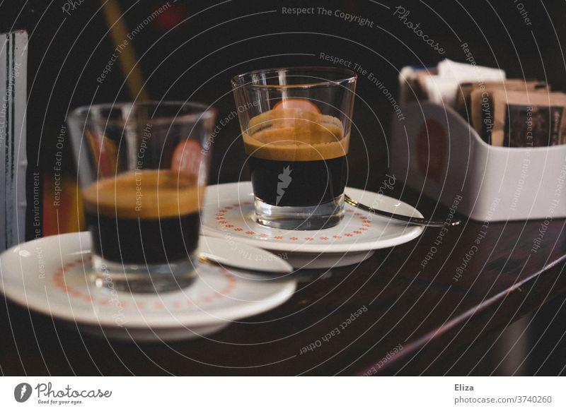 Zwei Espressi am Tresen in Italien Espresso Kaffee Bar genießen Café Koffein traditionell typisch aromatisch Holz