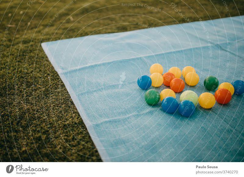 Bunte Bälle auf dem Rasen farbenfroh Farbe farbig Gras Spielzeug Ball Kind Feiertag schön Frühling Hintergrund Dekoration & Verzierung Kunst Spaß Bildung