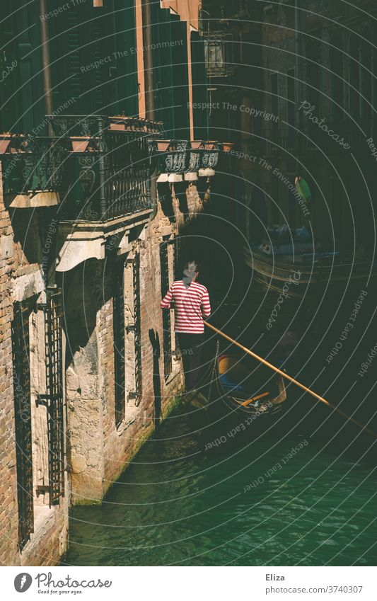 Ein Gondoliere fährt mit seiner Gondel einen Kanal in Venedig entlang fahren Gondel (Boot) Städtereise Fortbewegung Tourismus Touristenattraktion Bootsfahrt