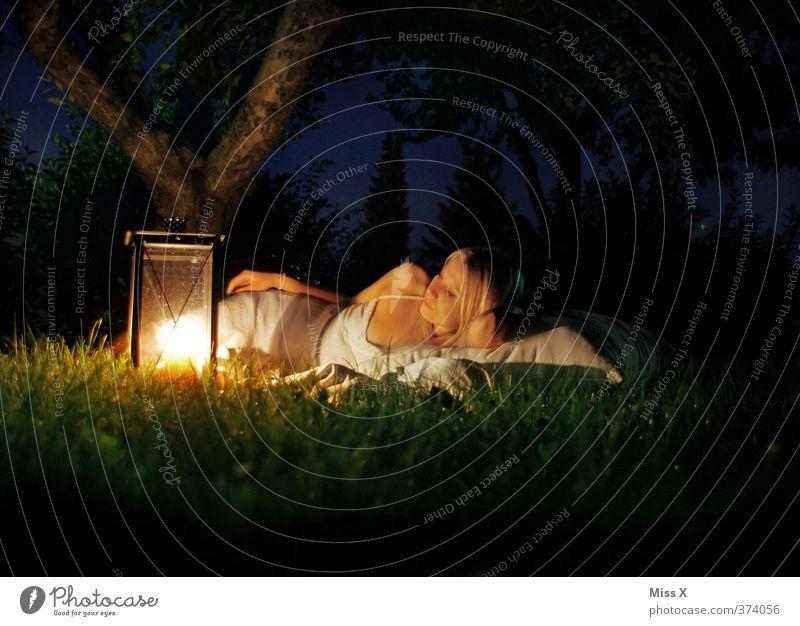 Wärmen Mensch Frau Jugendliche Ferien & Urlaub & Reisen Sommer Erholung ruhig Junge Frau Erwachsene Wiese 18-30 Jahre Gefühle Gras träumen Stimmung blond