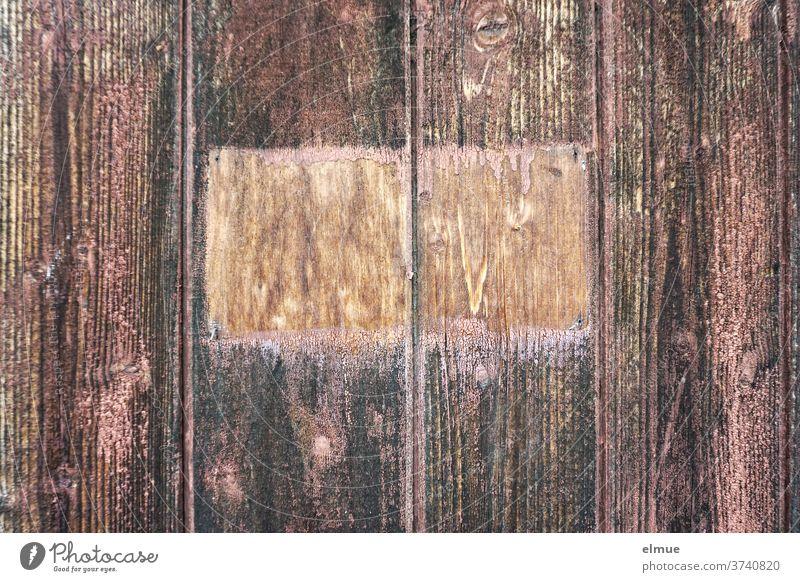 Von dem fehlenden Schild am rotbraunen Holztor erzählen die an dieser Stelle fehlenden Anstriche Holzlatte Tor leer Holztür Eingang Eingangstor Textfreiraum