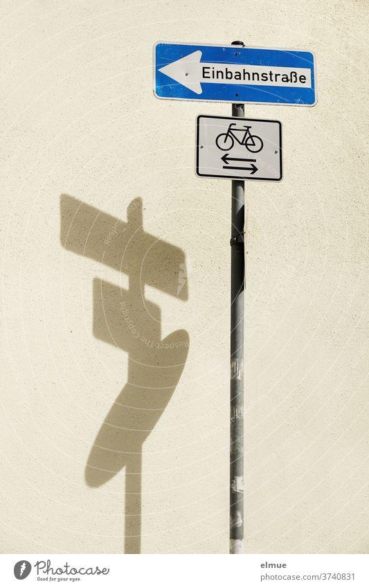 """Schattenspiel eines dreiteiligen Verkehrsschildes """"Einbahnstraße"""" / """"Radfahrer"""" / ? Radweg Verkehrszeichen Verkehrswege Schilder & Markierungen Wand"""