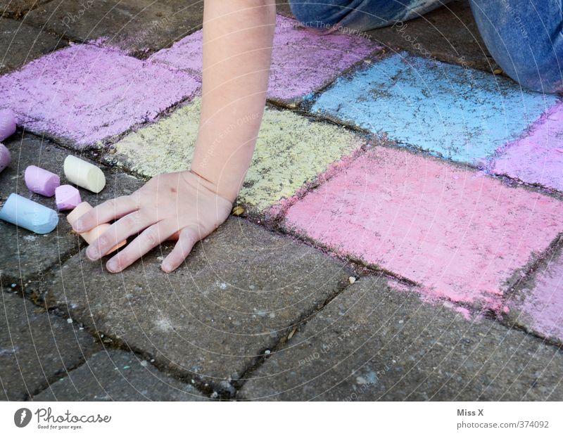Künstler Mensch Kind Farbe Hand Mädchen feminin Spielen Kunst Freizeit & Hobby Kindheit malen Kreativität Bürgersteig 8-13 Jahre zeichnen
