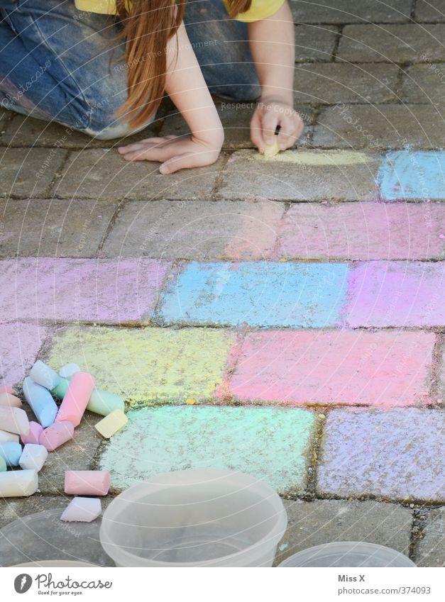 Kleine Künstlerin Mensch Kind Farbe Mädchen Freude Spielen Glück Kunst Freizeit & Hobby Kindheit niedlich malen Kleinkind 8-13 Jahre zeichnen Kopfsteinpflaster