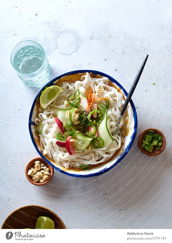 Vegane Reisnudeln Salatbeilage Lebensmittel Veganer Draufsicht Salatgurke Gemüse Nudel Kalk Erdnuss Saucen asiatisch Kochen Chinesisch frisch Abendessen grün