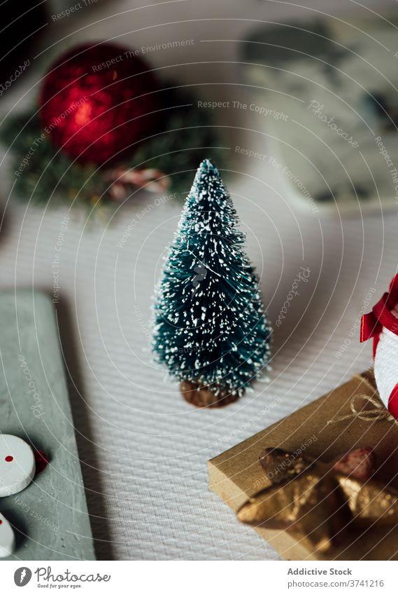 Festliche Weihnachtsdekoration mit Tannenbaum Weihnachten Dekoration & Verzierung Baum präsentieren feiern Feiertag Tisch festlich glühen Glanz Fell Fichte