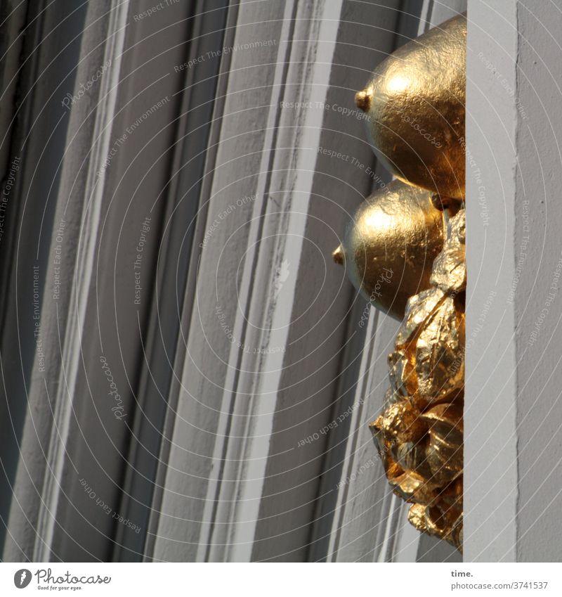 Goldrausch gold gelb linien haus statue brust busen brustwarzen detail skurril brüste hoch oben grau stuck fassade relief deko verzierung teilansicht