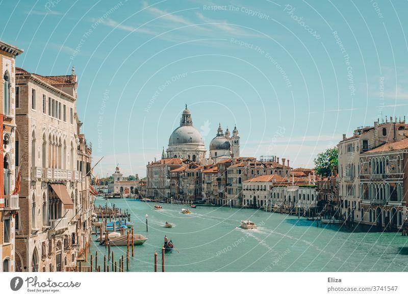 Blick über den Canal Grande in Venedig Kanal Wasser Italien Stadt Altstadt Tourismus Hafenstadt Sehenswürdigkeit Gebäude eindrucksvoll Sommer Sonnenschein