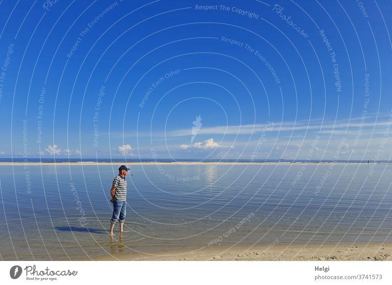 Füße baden - Senior steht bei schönem Spätsommerwetter im Wasser am Nordseestrand Mann Mensch 60 und älter Erwachsene Männlicher Senior Nordseeinsel Wangerooge