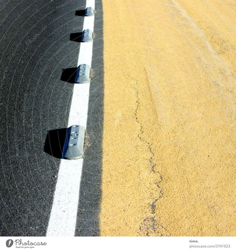 getrennte Wege straße gelb asphalt teer pömpel linie begrenzung grenze fahrbahntrennung Fahrbahn streifen objekt gegenstand verkehr Verkehrswege Verkehrsführung