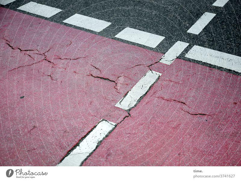 immerhin | baselines (18) muster struktur verlassen skurril urban markierung kreuz linie hinweis trashig kaputt abgenutzt verbraucht vogelperspektive rot