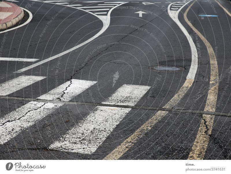 angewandte Mathematik | baselines (19) muster struktur verlassen skurril urban markierung linie hinweis trashig kaputt abgenutzt verbraucht gestrichelt asphalt