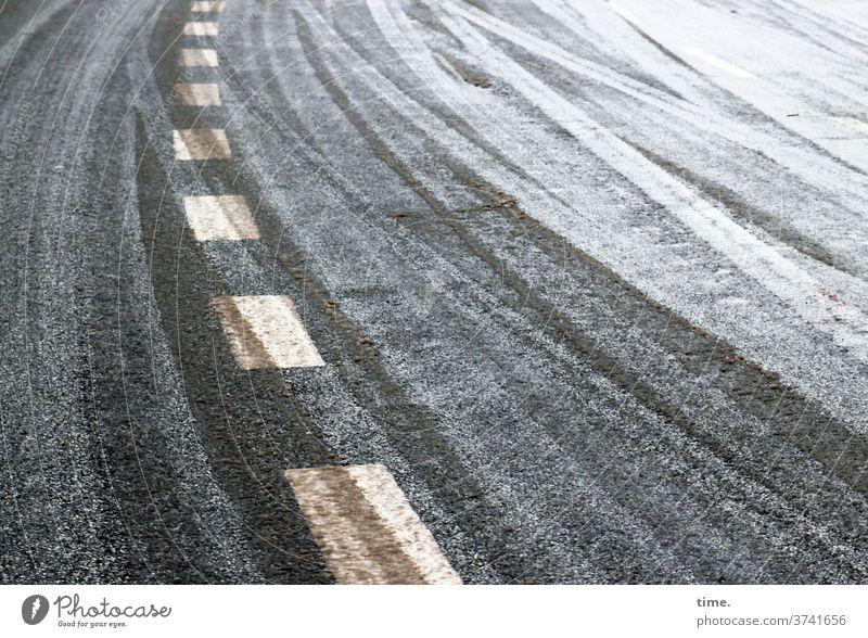 Anpassungsprobleme straße schnee mittellinie Mittelstreifen spuren reifenspuren kalt winter kurve kurvenlage asphalt teer weiß grau gelb linien parallel glatt