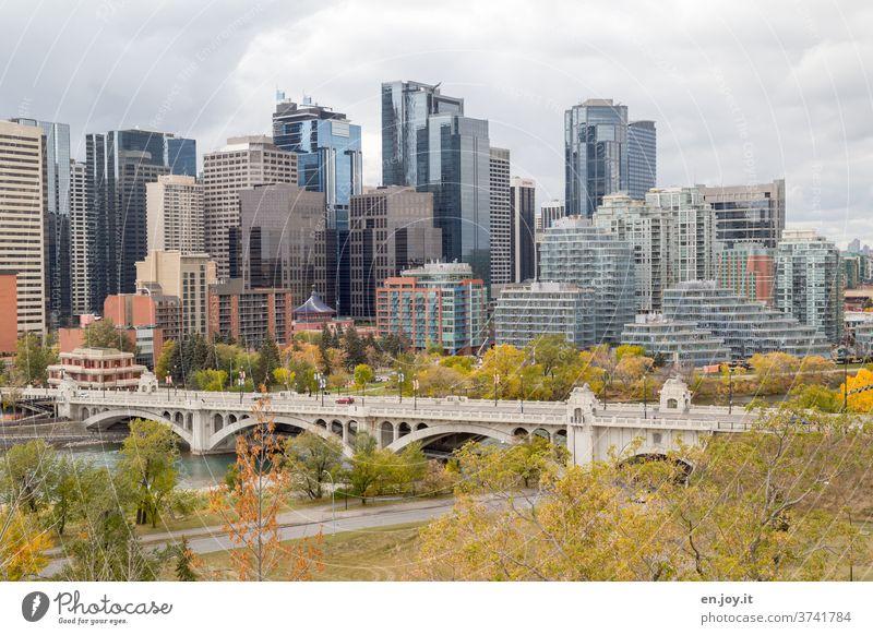 Architektur und Natur |Skyline von Calgary im Herbst mit Brücke über den Bow River Hochhäuser wolkenkratzer Fluss Stadt Großstadt Sightseeing Kanada Alberta