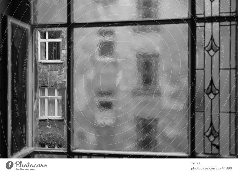 Fenster zum Hof Berlin Hinterhof Haus Fassade Stadt Menschenleer Stadtzentrum Altbau Tag Außenaufnahme Altbauwohnung Bauwerk Vergänglichkeit Zeit