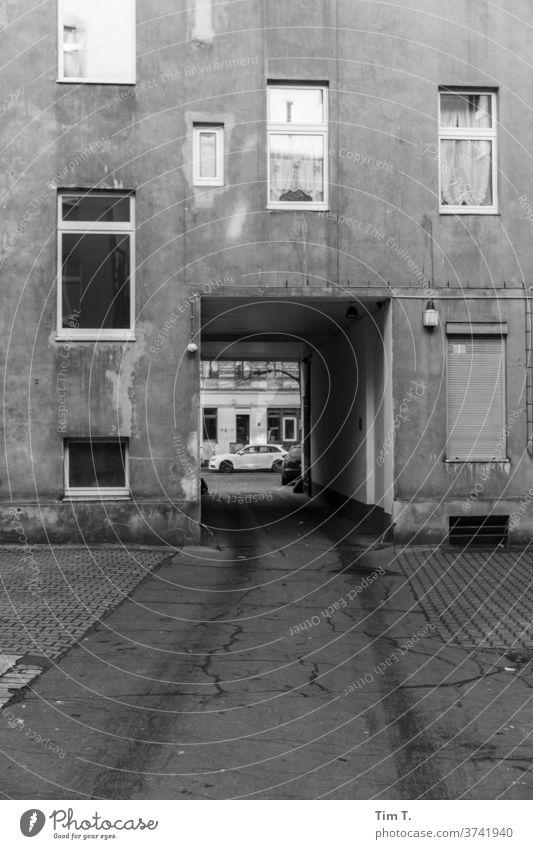 Letzte Ausfahrt Berlin Hinterhof Durchfahrt Schwarzweißfoto Fenster Haus Fassade Stadt Menschenleer Stadtzentrum Hauptstadt Außenaufnahme Tag Altstadt Altbau