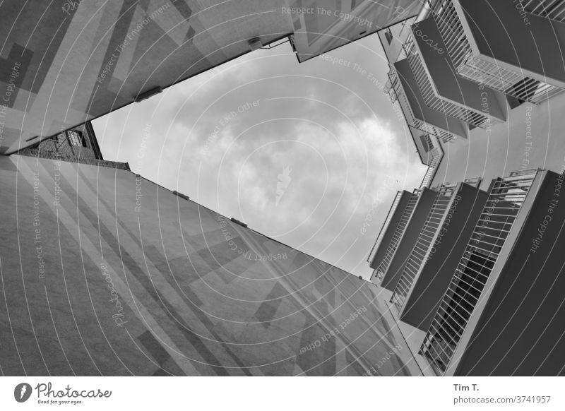 Neuer Hof anderer Blick Berlin Hinterhof Haus Fenster Fassade Stadt Menschenleer Stadtzentrum Hauptstadt modern Tag Gebäude Architektur Bauwerk Neubau