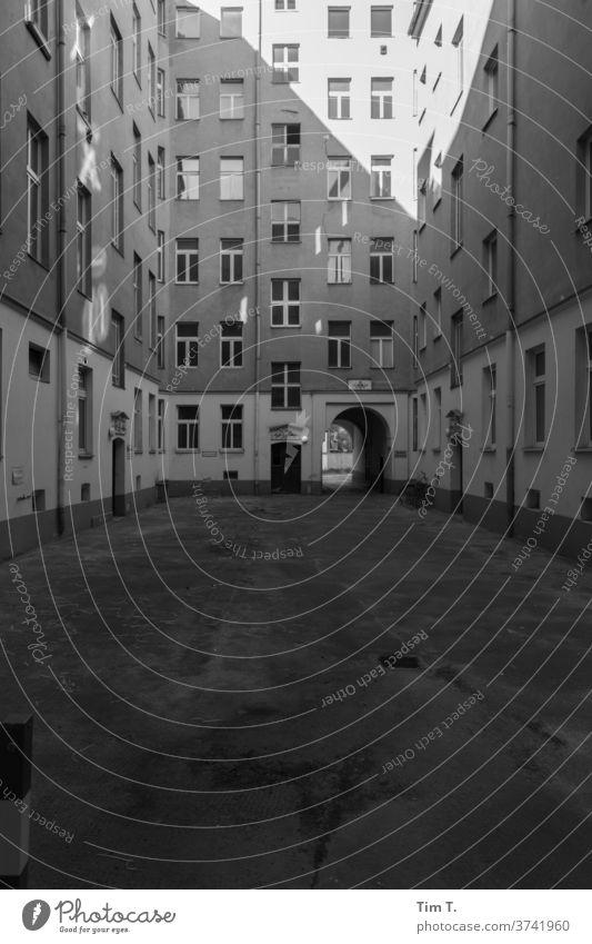 Hinterhof Berlin Mitte Architektur Haus Fenster Fassade Gebäude Außenaufnahme Menschenleer Stadt Altbauwohnung Hauptstadt Stadtzentrum Altstadt Hof Tag Bauwerk
