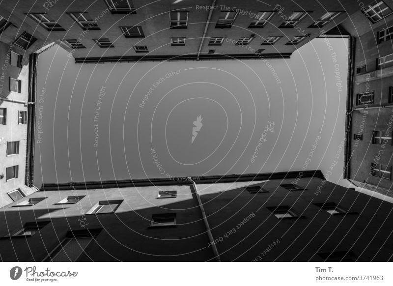 wo Licht ist ist auch Schatten Berlin Hinterhof Prenzlauer Berg Stadt Altbau Menschenleer Stadtzentrum Hauptstadt Altstadt Blick nach oben Außenaufnahme Fenster