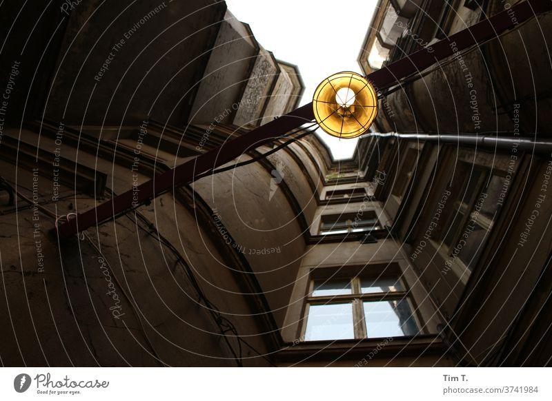 Hinterhof Berlin mit Licht Hof Blick nach oben Haus Fenster Fassade Stadt Stadtzentrum Menschenleer Hauptstadt Altstadt Tag Außenaufnahme Bauwerk Gebäude Altbau